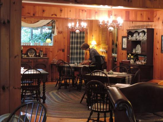 Colonial Pines Inn Bed and Breakfast: Breakfast room, warm and inviting