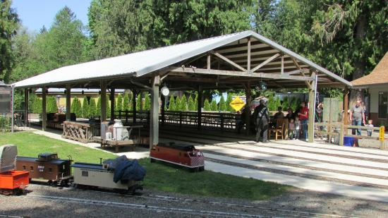 Molalla, OR: Covered train station