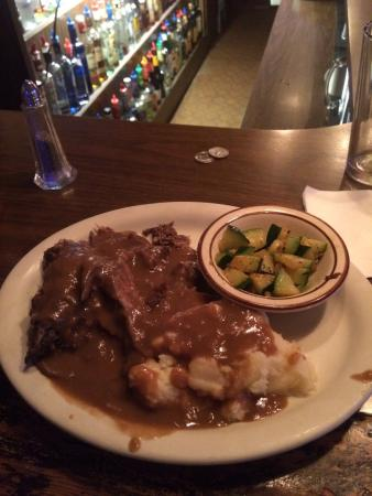 Oakland, Oregón: YANKEE POT ROAST!!!!MASHED POTATOES,SMOTHERED IN GRAVY, W/Zucchini,& Dinner Roll, Salad. AWESOM