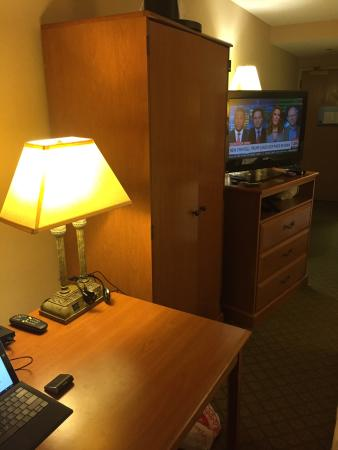 Hampton Inn Eau Claire: Closet blocks the TV when sitting at the desk, had to pull the desk and dresser the TV sits on a