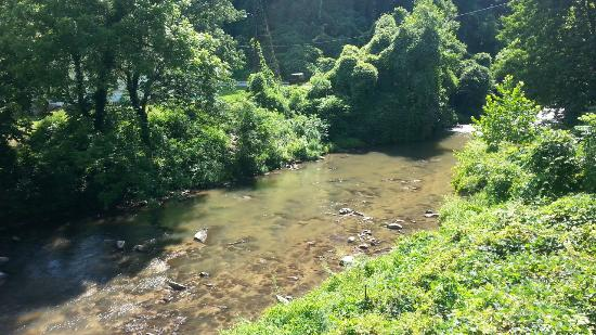 Bat Cave, NC: Beautiful mountain stream beside the store