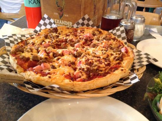 Farside Inn Pub and Eatery: Meat lover's pizza
