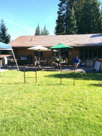 Cooper Spur Mountain Resort: Great place for large gatherings....back yard main house.