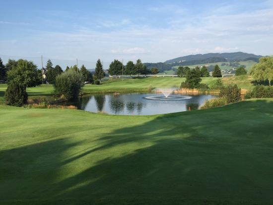 Golf Resort La Gruyere: See vor Clubhaus (Loch 17)