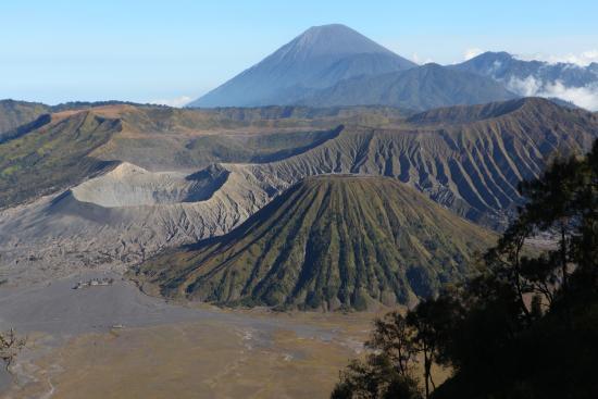 Gunung Semeru, Gunung Bromo, dan Gunung Batok di kawasan Taman Nasional Bromo Tengger Semeru.