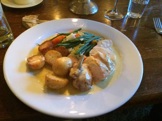 Hawkley Inn: Chicken in a light cheese sauce with oven-roasted potatoes