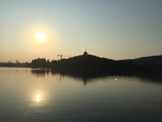Xihu World : 早朝に西湖を一周ランニングしてきました。堤を走れば一周45ー60分くらいのジョギングです。現地の人も走っているようです。肩に浮き輪のついた紐をつけて湖を泳いでいる人を見ました。猛暑の中だったの