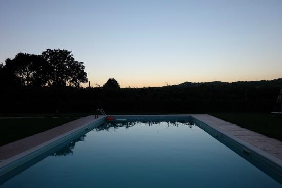 Agriturismo Rio Manzolo: la piscina al tramonto