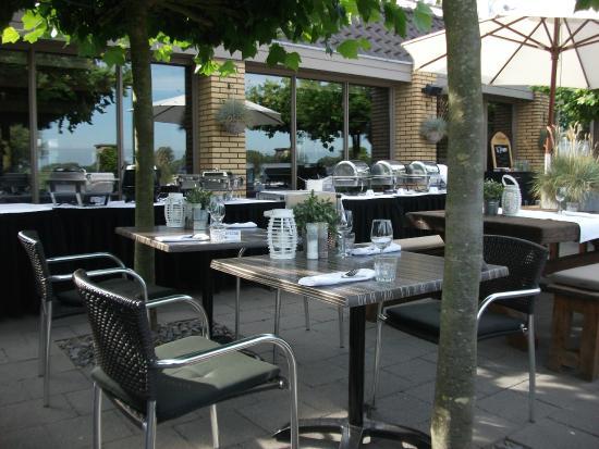 Fletcher Hotel-Restaurant Heiloo | Restaurant Kwartje Koffie: Terras met BBQ Hotel Heiloo