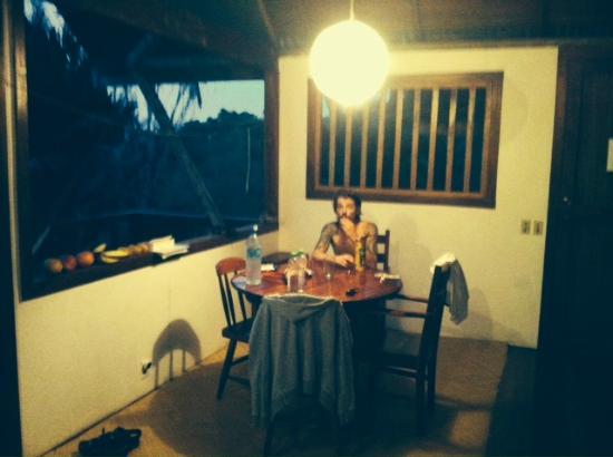 Mira Olas Pavones Cabins: Living area in our jungle deluxe cabin