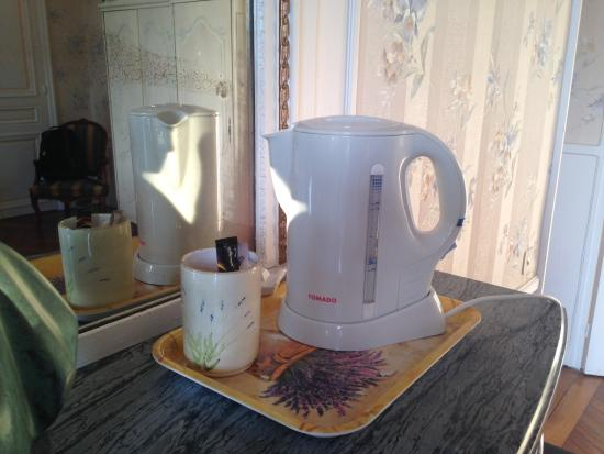 Chateau du Corvier : Kettle with no cups