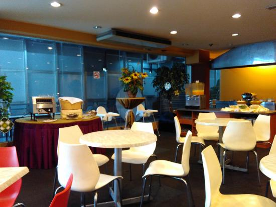 Grand Sentosa Hotel : Bread, egg and drinks station