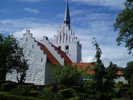 Sandager Kirke i Assens kommune er fra 1100-tallet. Spiret på kirkens tårn har fungeret som sømæ