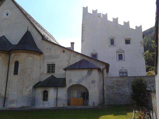 Benedictine Convent of Saint John Müstair : Müstair Kirche St. Johann mit Museum rechts