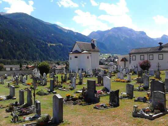 Benedictine Convent of Saint John Müstair: Müstair Friedhof mit Kapelle
