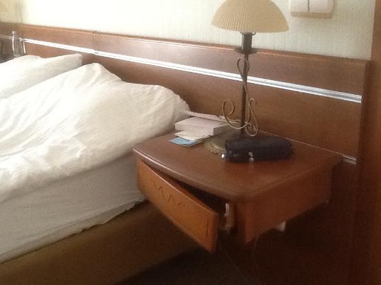 Olimp Hotel: Ящик тумбочки, иногда фасад остается в руках