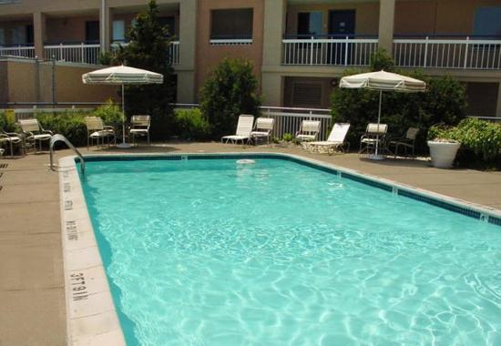 Baymont Inn & Suites Madison Heights Detroit Area: Outdoor Pool
