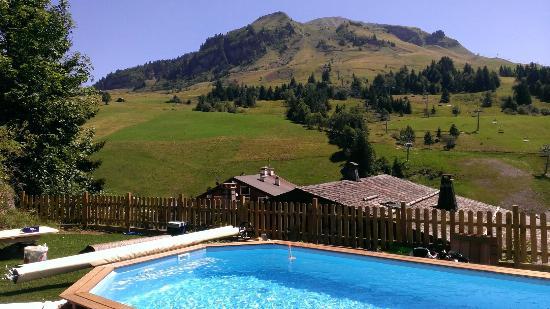 Hotel Restaurant l'Alpage: vue depuis la piscine