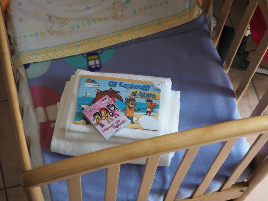 Hotel Plaza : crib with crayon and colouring picture