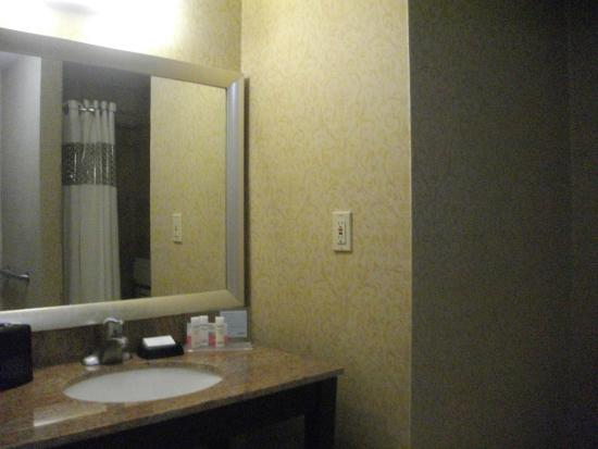 Hampton Inn and Suites San Clemente: Spacious bathroom