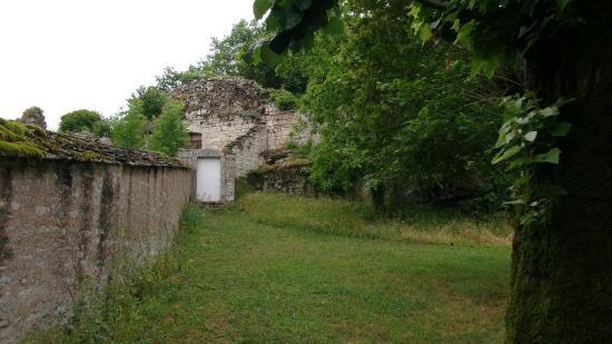 Noyers-sur-Serein, França: En amont du château