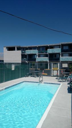 Seaside Heights, Nueva Jersey: Pool and our room- room 207 (top left balcony room)