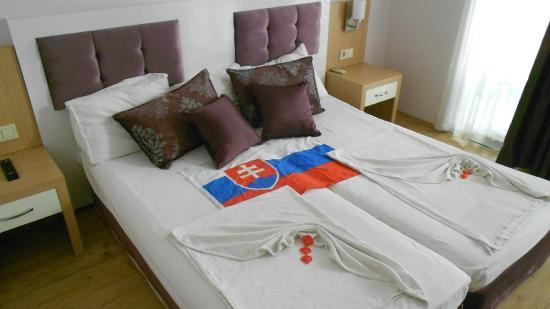 Bilkay Hotel : Posteľ s vlajkou