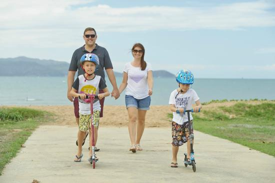 Rowes Bay Beachfront Holiday Park: Right across from the beach