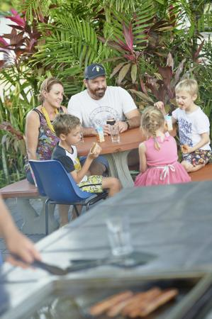 Rowes Bay Beachfront Holiday Park: Camp kitchen