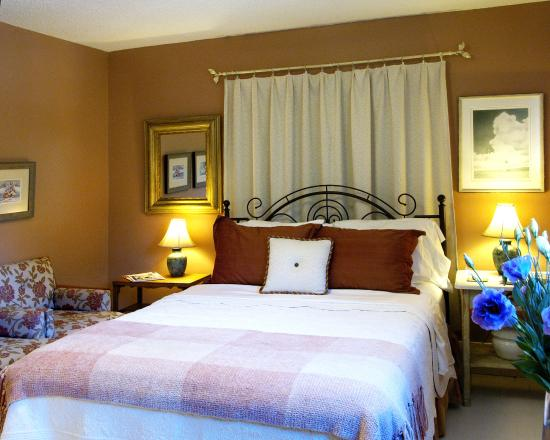 Simcoe Suites on the Henley: The Banbury - Queen - Ensuite