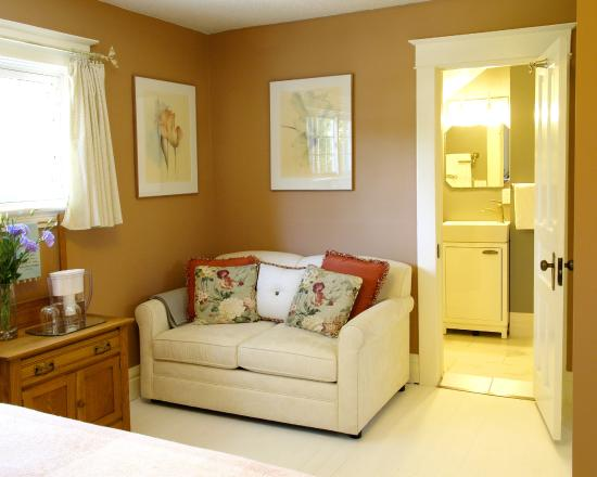 Simcoe Suites on the Henley: The Banbury's cozy sitting area