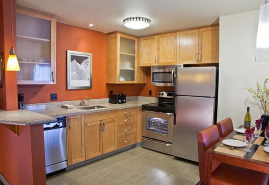 Γιουτζίν, Όρεγκον: Two-Bedroom Suite Kitchen & Dining Area