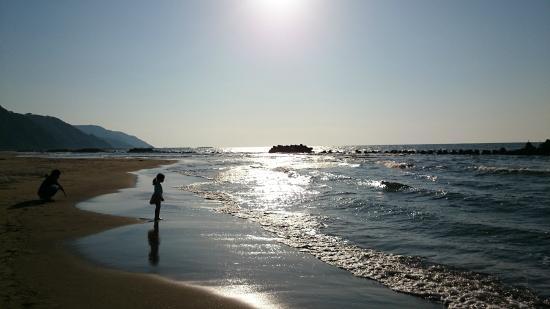 Yunohama Beach: 夕日が波を照らす砂浜