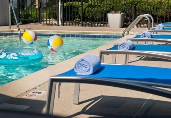TownePlace Suites Cincinnati Northeast: Outdoor Pool – Lounge Chairs