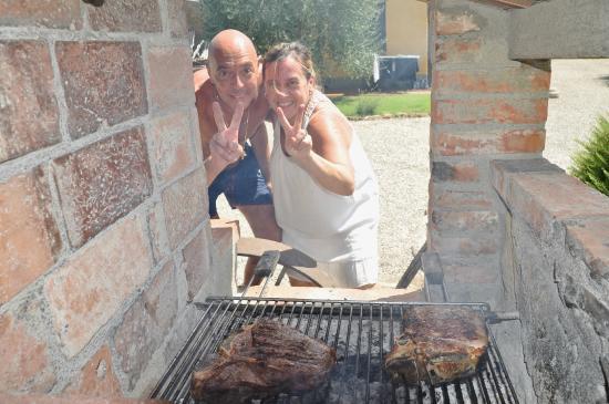 Agriturismo Bonellino Vecchio: Grandi amici e addetti alla griglia.