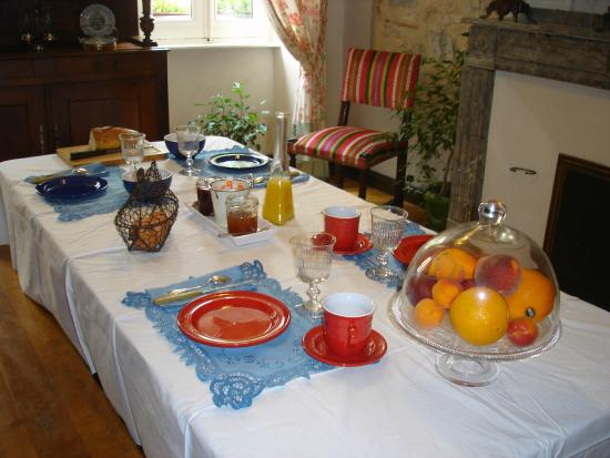 Dourgne, Fransa: Table petit déjeuner
