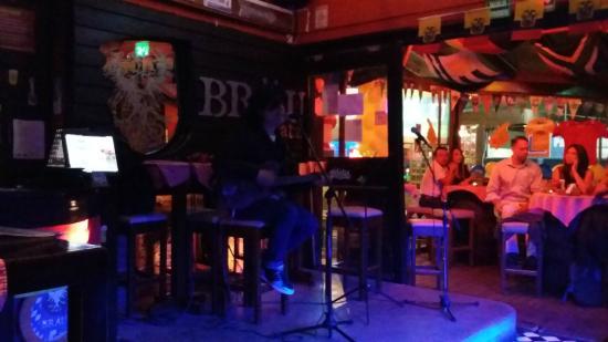 Brau Platz: Música en vivo al interior del bar