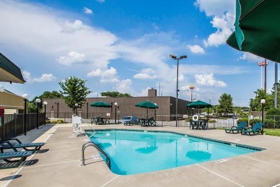 Quality Inn Madison: Pool
