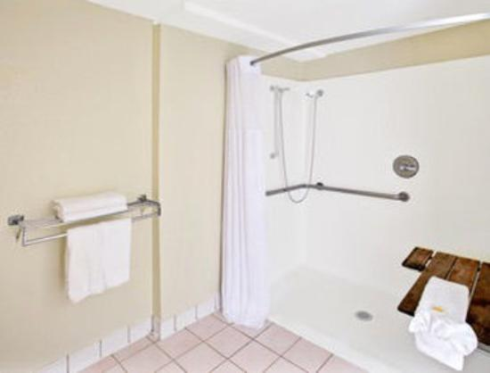 Days Inn Silver Spring: ADA Bathroom