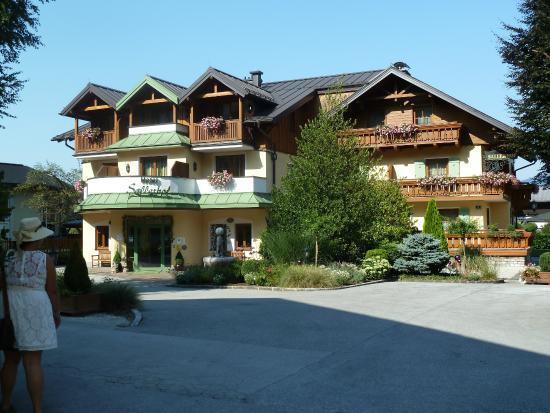 Grödig, Austria: Front of the hotel.
