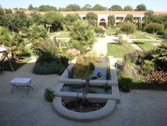 Le jardin donnant dans l 39 enceinte de l 39 h tel picture for Restaurant le jardin vias