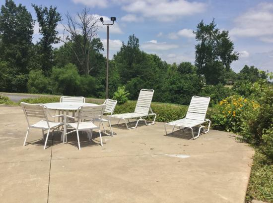 Country Hearth Inn & Suites Fulton: Patio Chairs