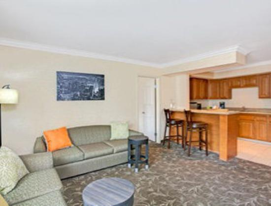 Ramada Los Angeles/Downtown West: King Suite