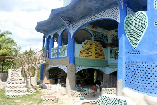 ‪بونتا جوردا, بليز: Belize's largest recycling project, visit this house made from rubbish‬