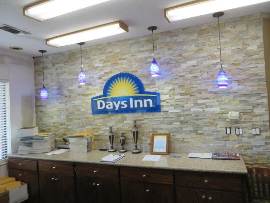 Days Inn Columbus: Front Desk