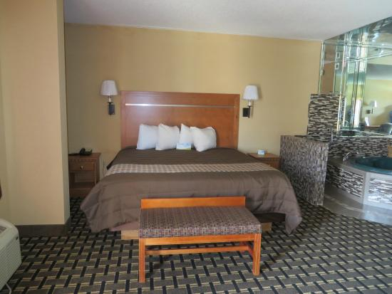 Days Inn of Columbus: King Jacuzzi Suite