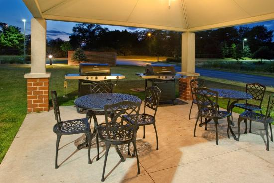 Candlewood Suites Chicago/Naperville: BBQ and Gazebo Area