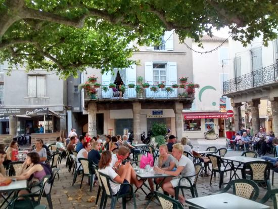 Cevenol Hotel: The square behind the market hall