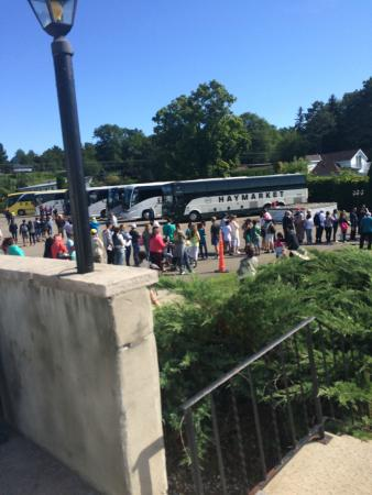 Smugglers Bar and Grill : Hundreds of people outside waiting for the boats