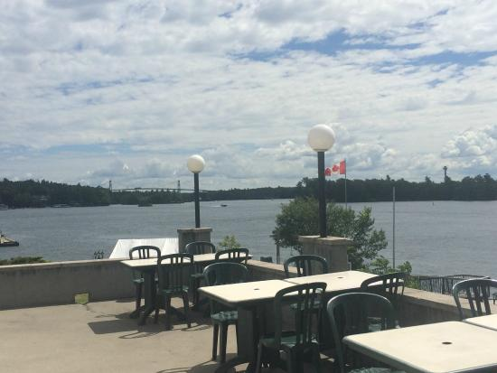 Smugglers Bar and Grill : Beautiful view of the 1000 Islands bridge